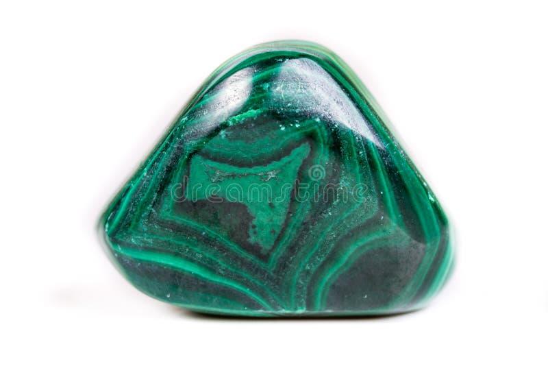 在白色背景的宏观矿物石绿沸铜 免版税库存照片