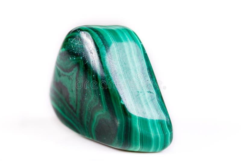 在白色背景的宏观矿物石绿沸铜 免版税库存图片