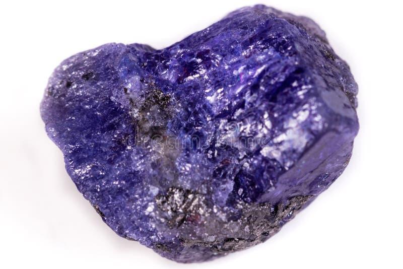 在白色背景的宏观矿物石Tanzanite 免版税图库摄影