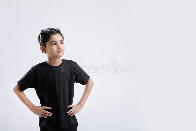 在白色背景的小的印度/亚洲男孩陈列态度 免版税库存图片