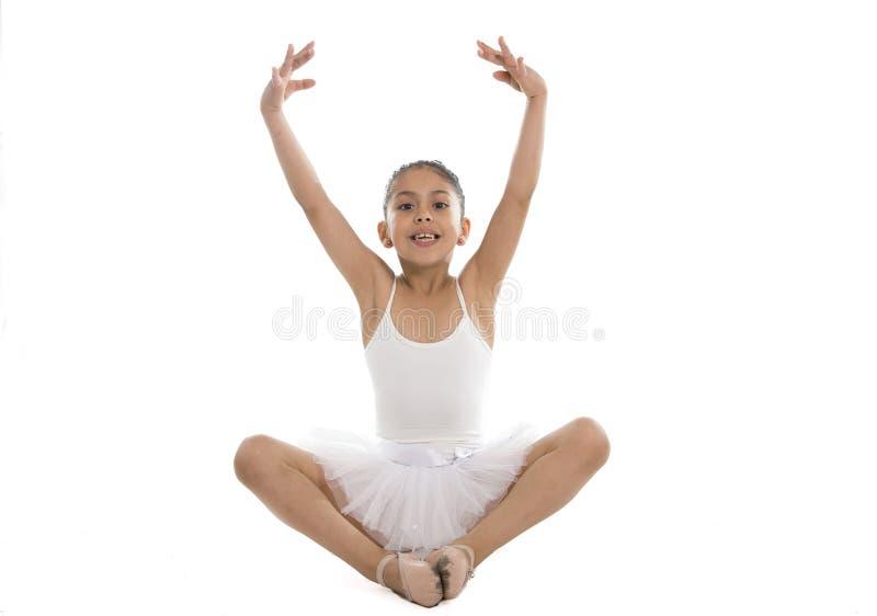 在白色背景的小的年轻逗人喜爱的女孩跳芭蕾舞者跳舞 免版税图库摄影