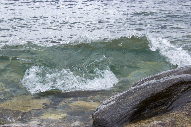 在白色背景的岩石岸 库存照片