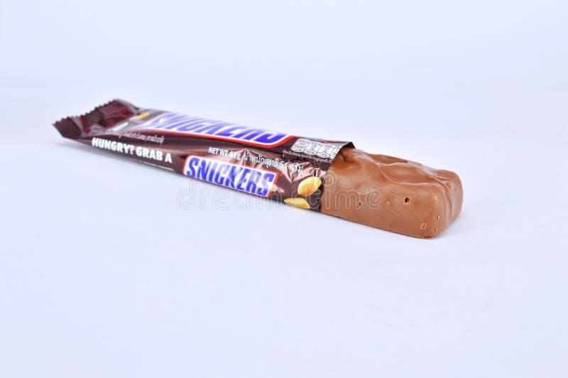 在白色背景的巧克力块窃笑 库存图片