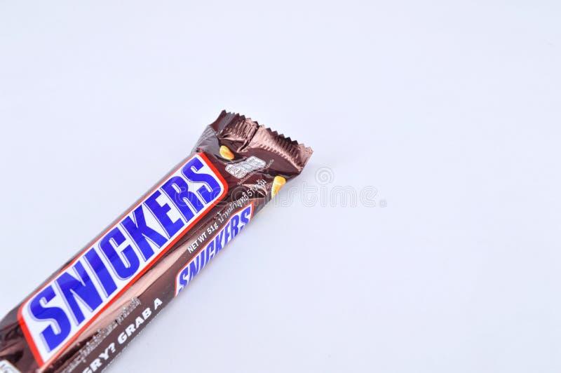 在白色背景的巧克力块窃笑 免版税图库摄影