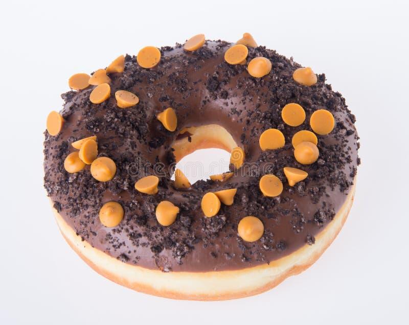 在白色背景的巧克力油炸圈饼 免版税库存照片