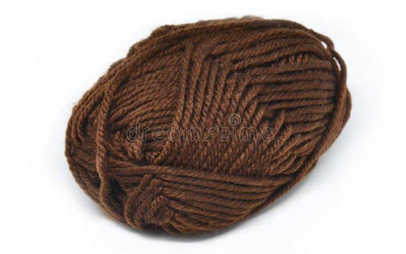 在白色背景的布朗毛线 免版税库存照片