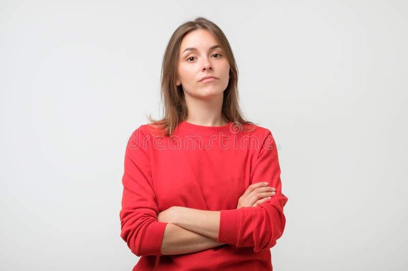 在白色背景的年轻严肃的恼怒的妇女画象 库存照片