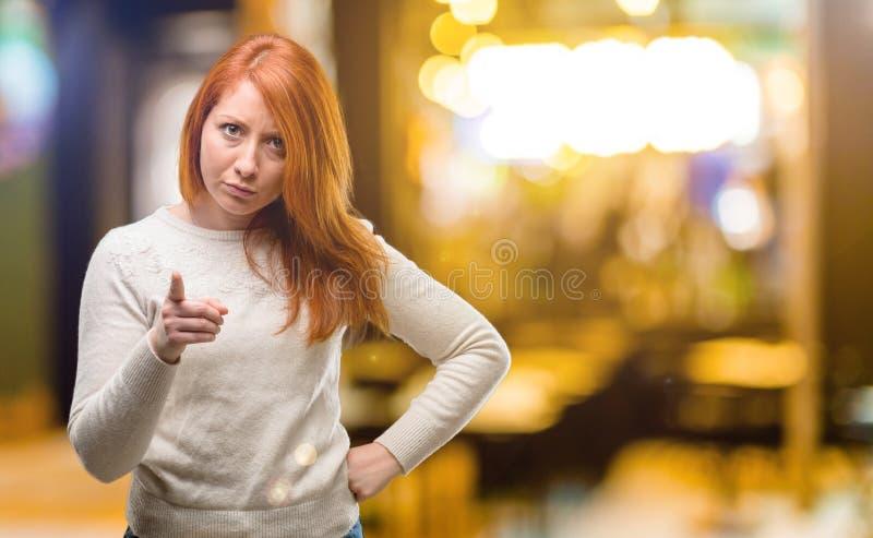 在白色背景的年轻美丽的红头发人妇女 库存照片