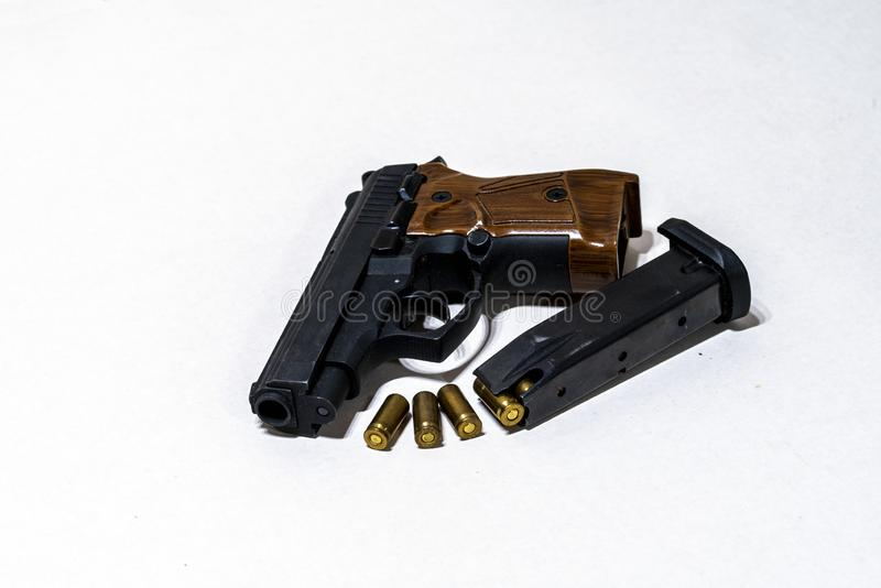 在白色背景的弹药弹药筒,有弹药筒的手枪在轻的背景 图库摄影