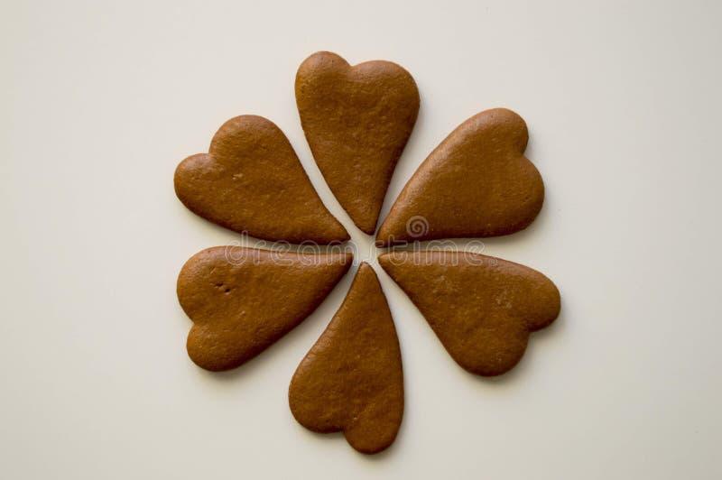 在白色背景的心形的姜饼 库存图片