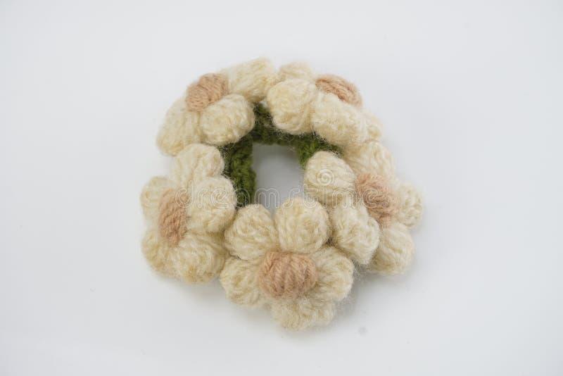 在白色背景的手工制造编织的钩针编织花 库存图片