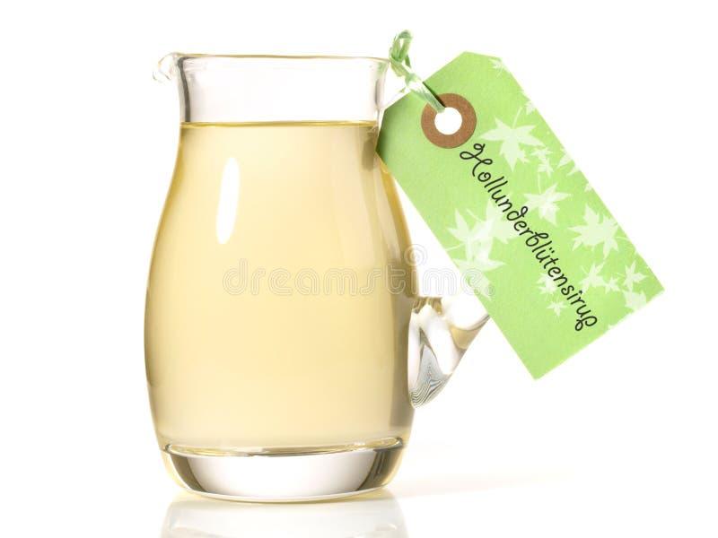 在白色背景的接骨木浆果糖浆 免版税库存照片