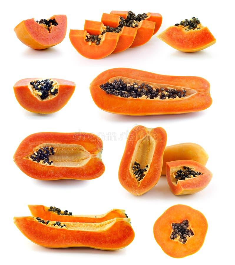 在白色背景的新成熟水多的番木瓜切片 免版税图库摄影