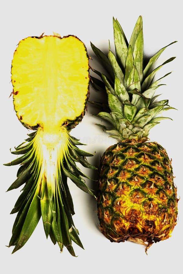 在白色背景的新鲜的在一半的菠萝,裁减和整个菠萝,凤梨 库存照片