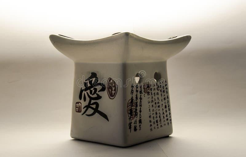 在白色背景的日本芳香油灯 免版税库存照片