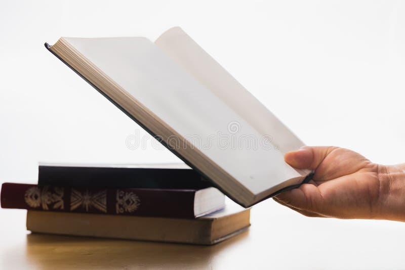 在白色背景的旧书 时刻学会 书知识 学生和检查 5月和学士学位 休息与好 免版税图库摄影