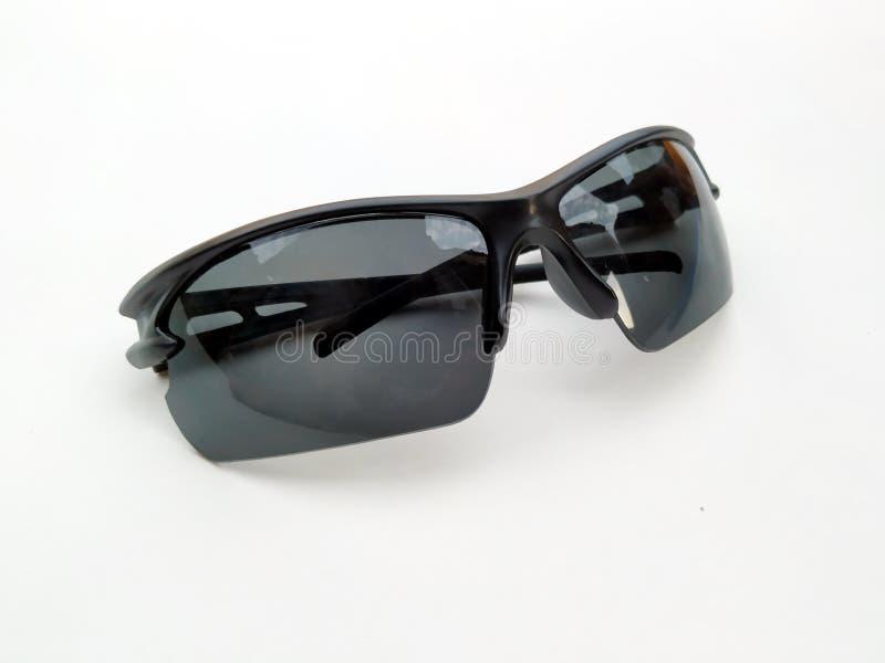 在白色背景的时髦的男女皆宜的太阳镜 o 免版税库存照片
