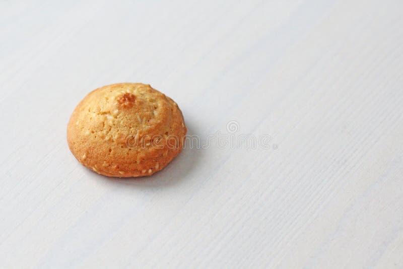 在白色背景的曲奇饼,相似与女性乳头 以曲奇饼的形式性感的乳头 幽默,双重意思 免版税图库摄影