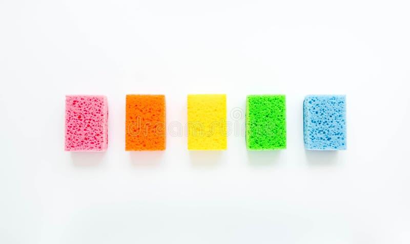 在白色背景的最低纲领派清洁构成 五颜六色的海绵 平的位置 免版税库存图片