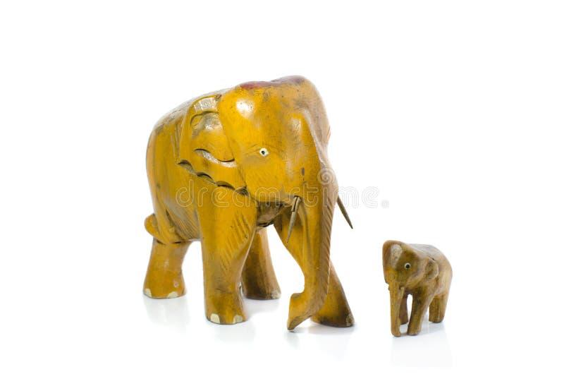 在白色背景的木大象雕塑孤立 免版税库存图片