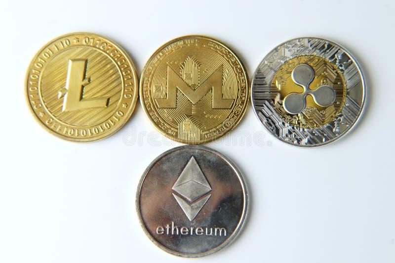 在白色背景的某种cryptocurrency Litecoin, Monero, Bitcoin 银和金黄 库存照片