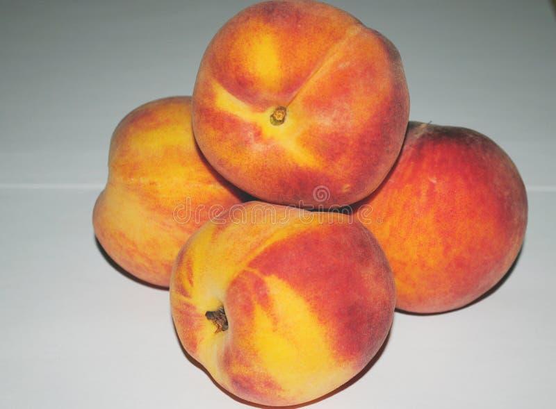 在白色背景的桃子油桃,宏观 库存照片