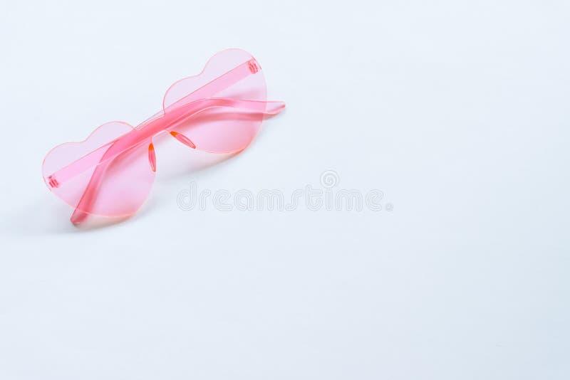 在白色背景的桃红色太阳镜 免版税库存照片