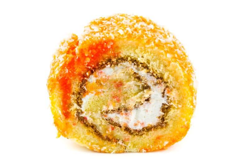 在白色背景的橙色卷蛋糕 免版税库存照片