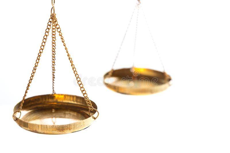 在白色背景的正义法律法官黄铜平衡标度 关闭与自由空间 库存图片