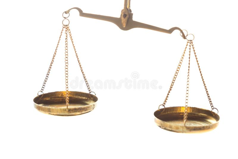 在白色背景的正义法律法官黄铜平衡标度 E 免版税库存图片