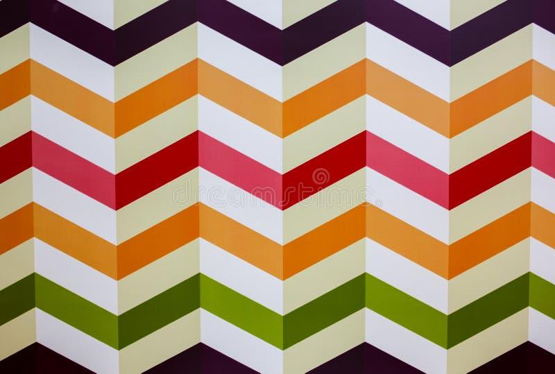 在白色背景的水平的五颜六色的之字形线 在墙壁上绘的真正的小条 壁纸的明亮的之字形 ?? 免版税图库摄影