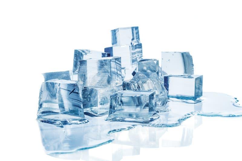 在白色背景的熔化的冰块 免版税库存图片