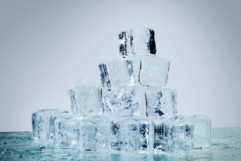 在白色背景的熔化的冰块 库存图片