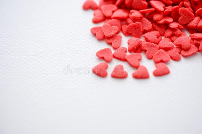 在白色背景的特写镜头微型红色心脏糖果 免版税库存照片