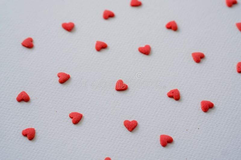 在白色背景的特写镜头微型红色心脏糖果 库存图片