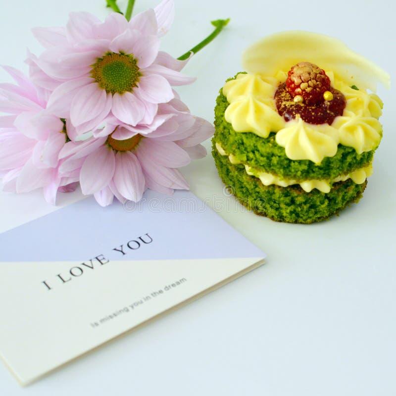 在白色背景的甜绿色蛋糕 免版税库存照片