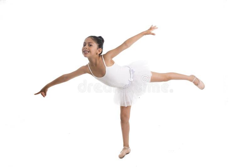在白色背景的甜年轻矮小的逗人喜爱的跳芭蕾舞者女孩跳舞 库存照片