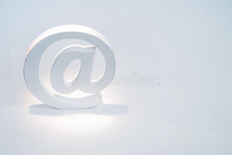在白色背景的电子邮件标志 互联网的概念,与我们和电子邮件联系 库存照片