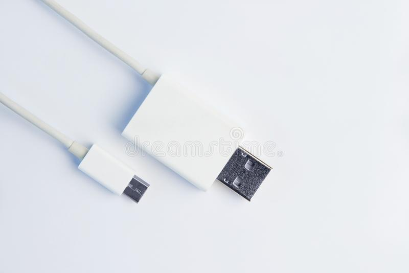 在白色背景的白色微USB缆绳 免版税库存图片