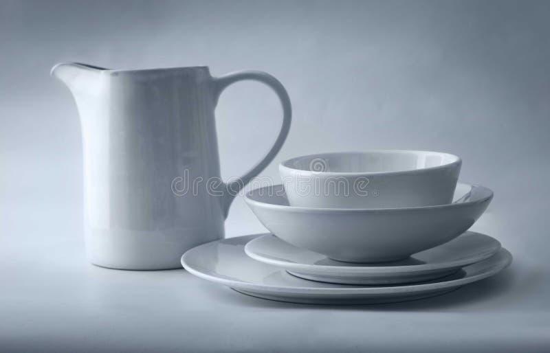 在白色背景的白色陶器 库存图片