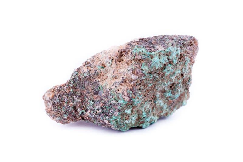 在白色背景的石宏观矿物绿沸铜 免版税图库摄影