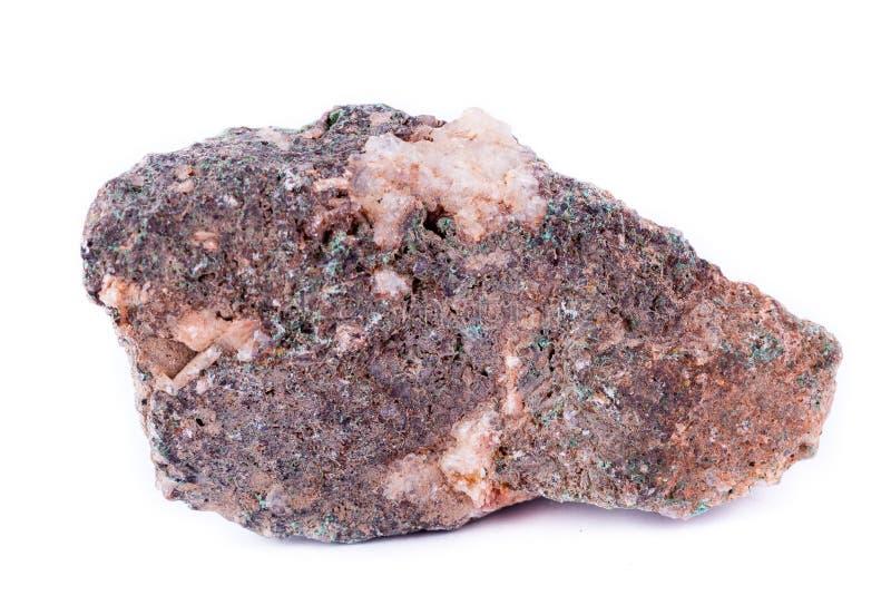 在白色背景的石宏观矿物绿沸铜 图库摄影