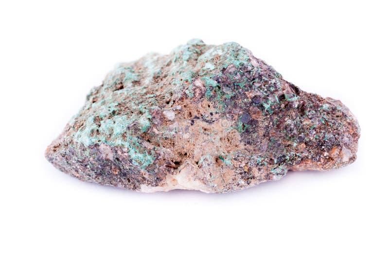 在白色背景的石宏观矿物绿沸铜 库存照片
