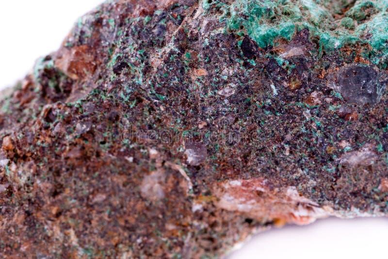 在白色背景的石宏观矿物绿沸铜 库存图片