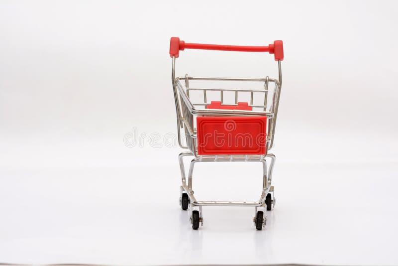 在白色背景的空的购物车 免版税库存图片