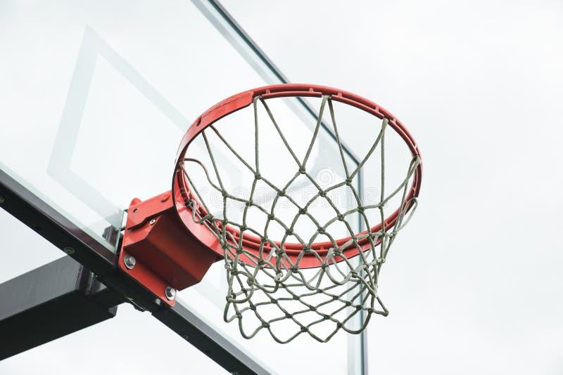 在白色背景的篮球篮 库存照片