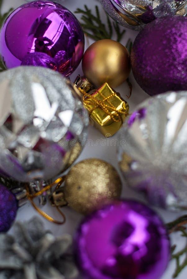 在白色背景的紫色和银色圣诞节装饰 库存图片