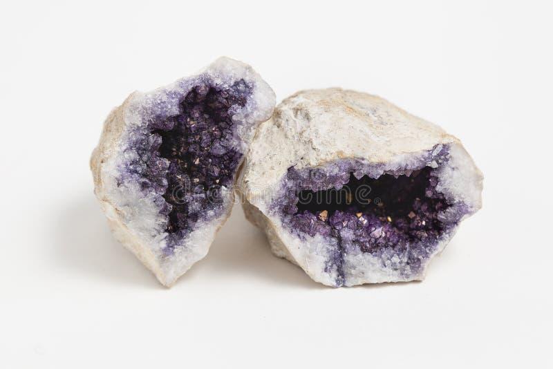 在白色背景的紫色的geode 免版税库存图片