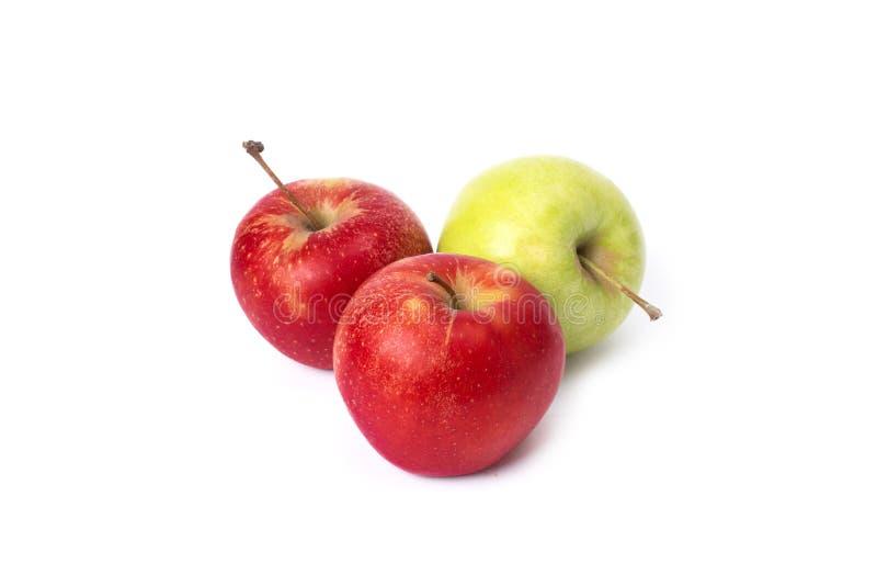 在白色背景的红色和绿色苹果 在白色背景的三个红色苹果 免版税库存照片