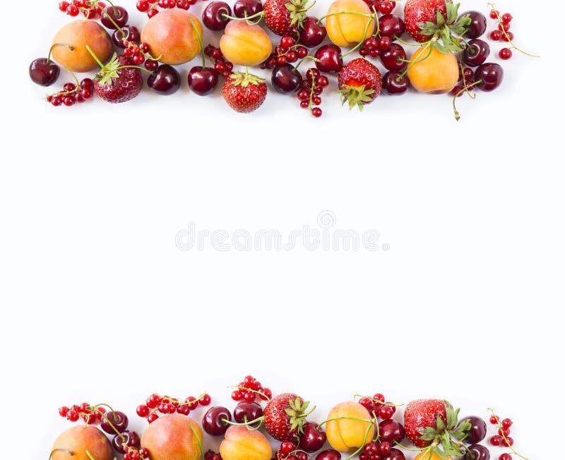 在白色背景的红色和黄色果子 成熟杏子、红浆果、樱桃和草莓 在bord的甜和水多的果子 免版税库存图片